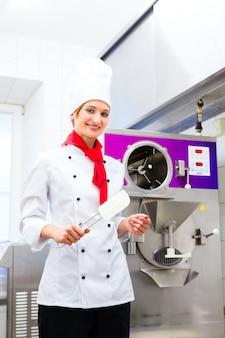 Chef prepara sorvete com máquina