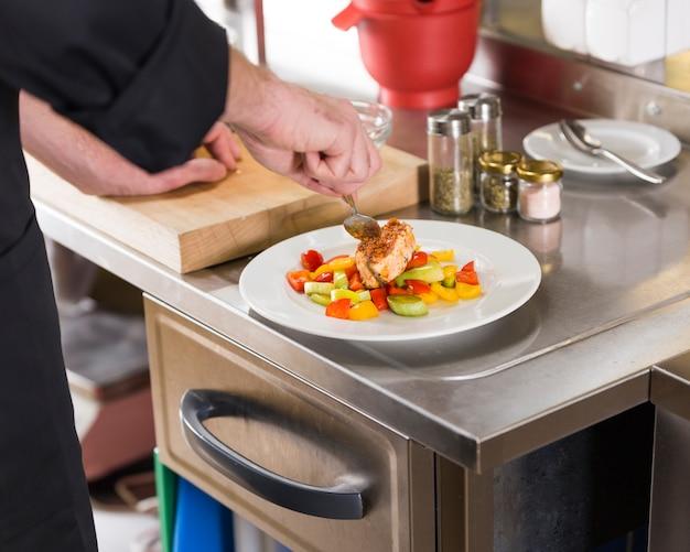 Chef prepara um prato de comida saudável