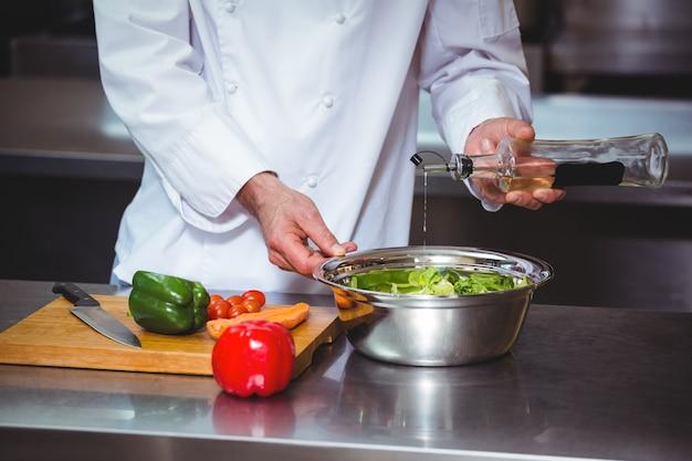 Chef prepara uma salada
