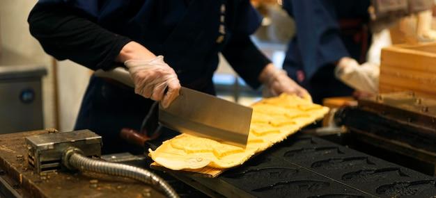 Chef preparando comida tradicional japonesa