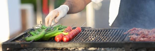 Chef preparando vegetais grelhados e carne