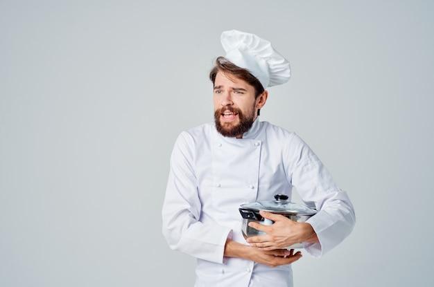 Chef profissional com panela na mão, cozinhando comida luz de fundo