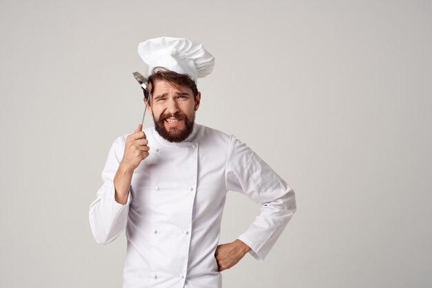 Chef profissional com uma concha na mão, cozinhando comida serviço de cozinha