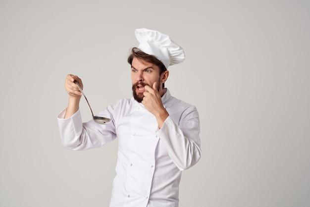 Chef profissional com uma concha nas mãos, cozinhando o trabalho