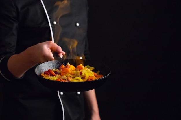 Chef profissional e fogo.