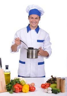 Chef profissional em uniforme branco e chapéu.