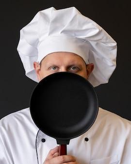 Chef segurando a panela