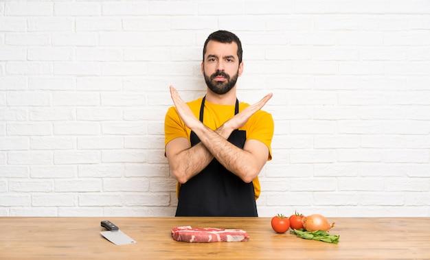 Chef, segurando em uma cozinha sem fazer nenhum gesto