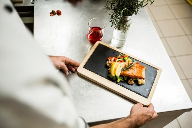 Chef servindo comida no restaurante