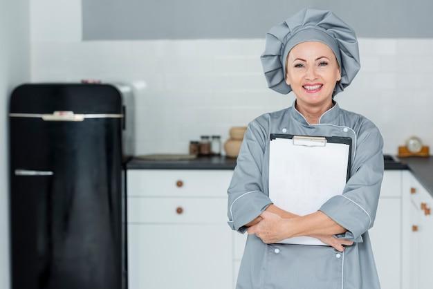 Chef sorridente com prancheta