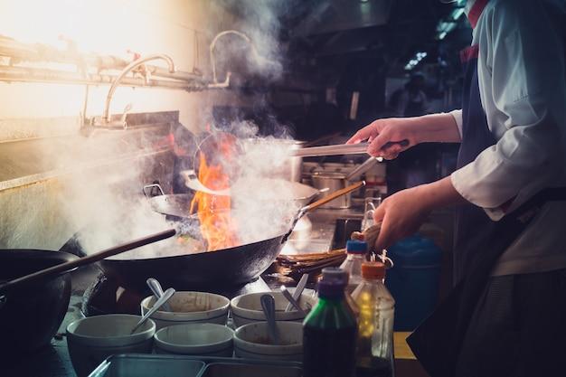 Chef stir fry cozinhar