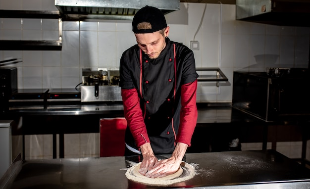 Chef trabalhando com massa. conceito de fazer pizza