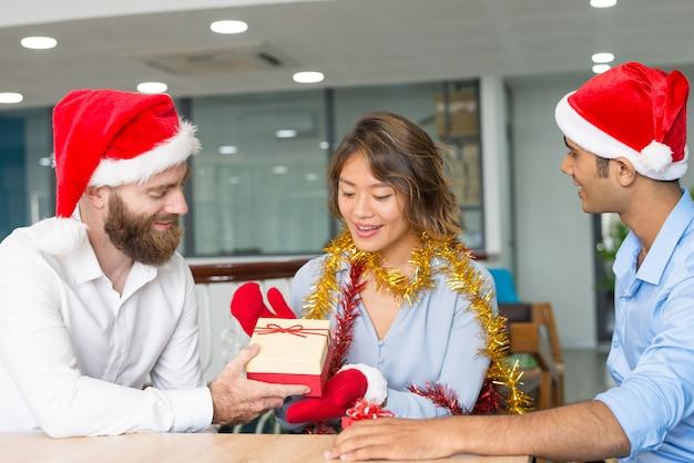 Chefe alegre dando presentes de natal para empregados