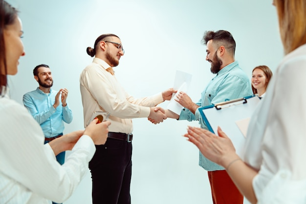 Chefe aprovando e parabenizando jovem funcionário de sucesso
