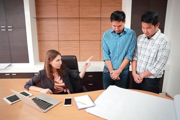 Chefe de empresária zangado, reclamando e argumentar com funcionários