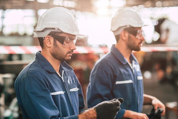 Chefe de engenheiro, trabalhador líder retrato auto-confiança e aparência profissional usando óculos de segurança e capacete branco.