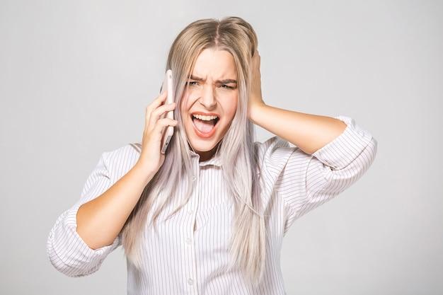 Chefe de mulher bonita com raiva gritando com o telefone. retrato isolado em fundo branco