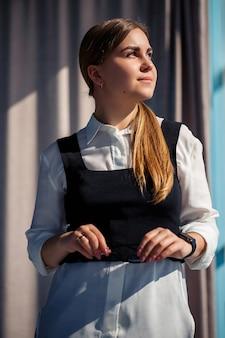 Chefe de mulher de negócios confiante em um escritório moderno, líder feminina, proprietária de empresa pensando no sucesso futuro, planejando novas oportunidades