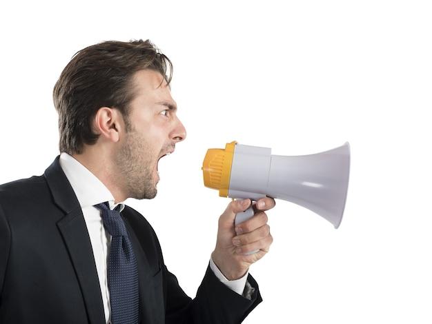Chefe de negócios irritado gritando com seu megafone