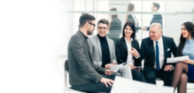 Chefe discutindo questões de trabalho com o grupo de trabalho. conceito de negócios. fundo desfocado com espaço de cópia