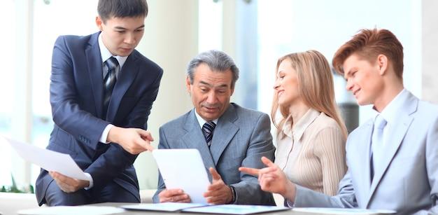 Chefe e equipe de negócios discutindo o conceito de documentos de negócios de trabalho em equipe
