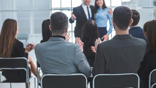 Chefe e equipe de negócios parabenizando o palestrante em uma apresentação de negócios. conceito de negócios