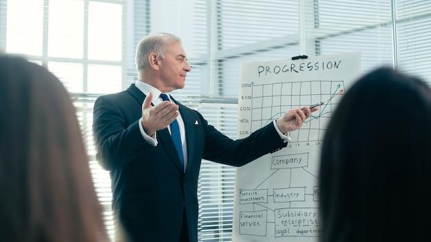 Chefe fazendo um relatório sobre uma apresentação de negócios. negócios e educação