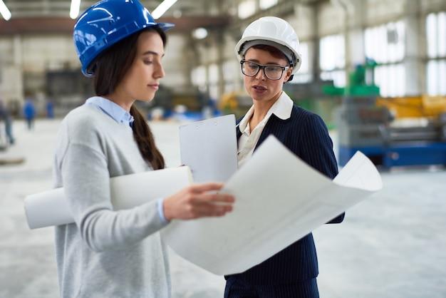 Chefe feminino dando instruções na fábrica