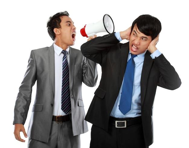 Chefe gritando no ouvido de seu empregado