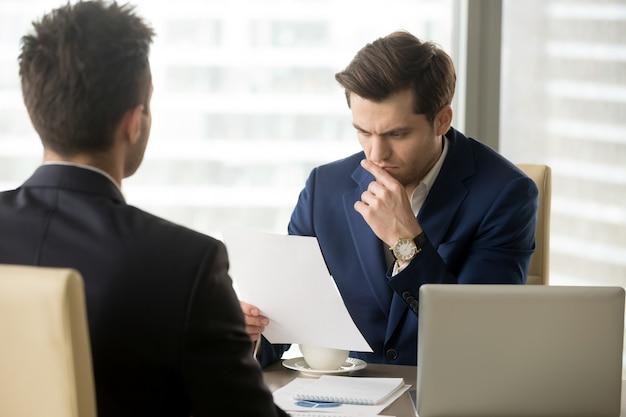 Chefe preocupante por causa do relatório anual ruim da empresa