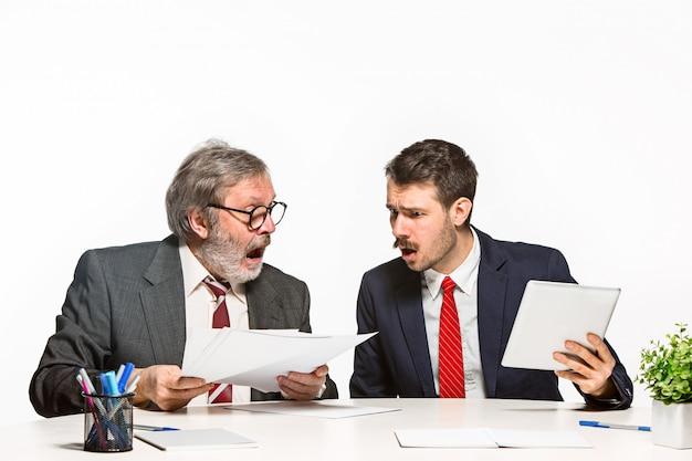 Chefe repreendendo seu empregado