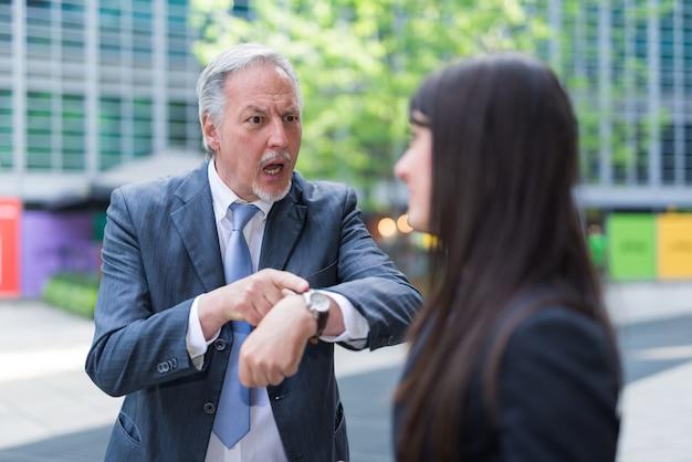 Chefe repreendendo um funcionário por estar atrasado