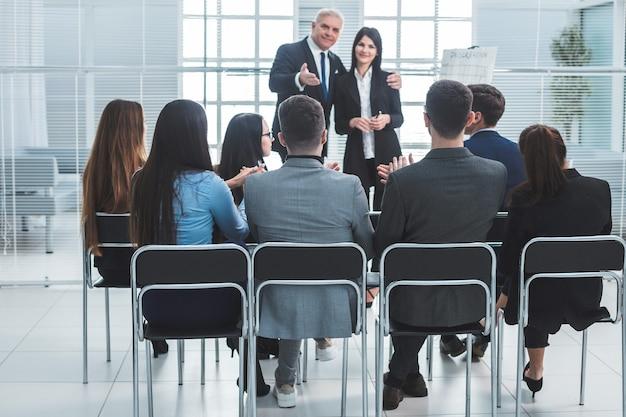 Chefe representando um jovem especialista durante uma reunião de trabalho. conceito de sucesso