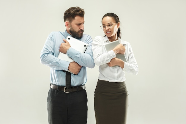 Chefe zangado. homem e sua secretária permanente no escritório