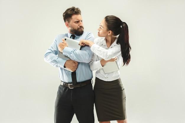 Chefe zangado. mulher e secretária permanente no escritório