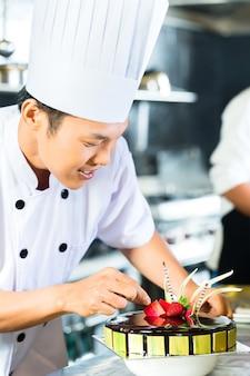 Chefs asiáticos cozinhar no restaurante