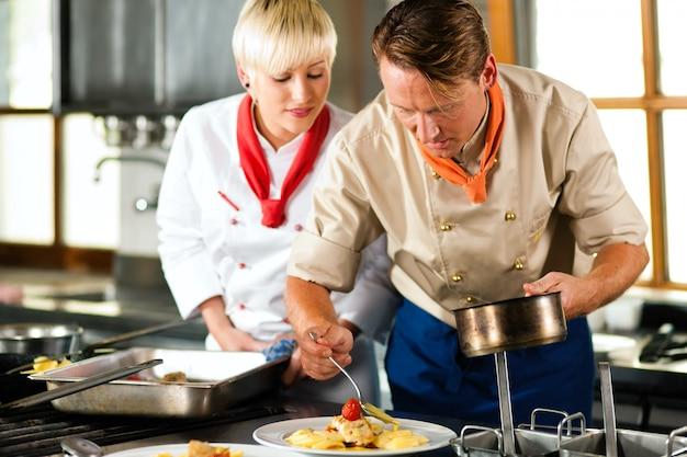 Chefs em cozinha de restaurante ou hotel