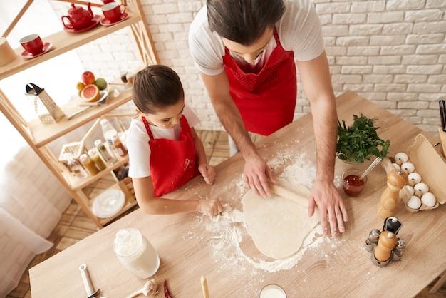 Chefs estão cozinhando juntos no dia dos pais