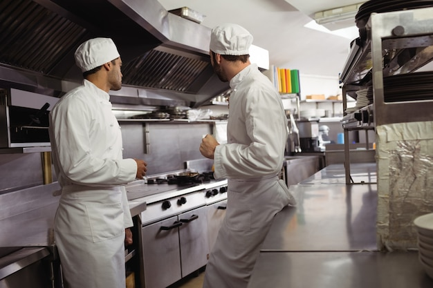 Chefs interagindo uns com os outros na cozinha