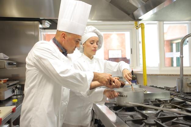 Chefs trabalhando na cozinha