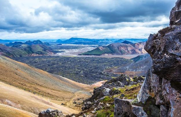 Chegando ao vale de cinzas vulcânicas da caminhada de 54 km de landmannalaugar, islândia