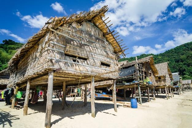 Chegar a viajar e a aldeia dos pescadores. e casa feita de folhas secas