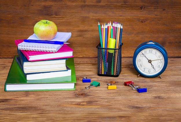 Chegou a hora, de volta à escola! material escolar em madeira