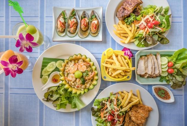 Cheio de comida na mesa