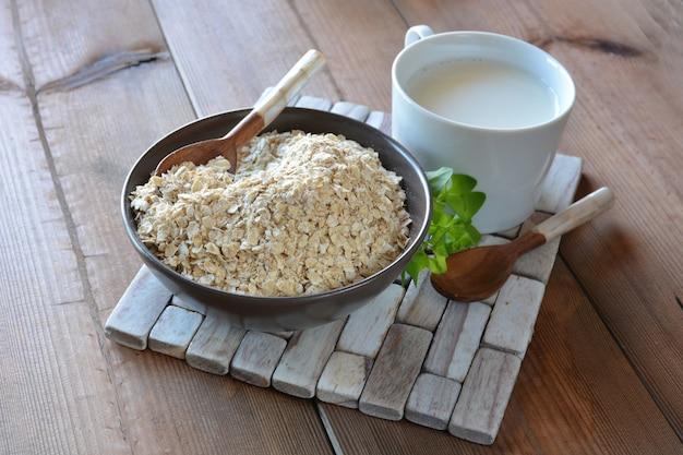 Cheio de tigela de aveia, acompanhado de leite