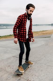 Cheio, tiro, de, homem, ligado, skateboard