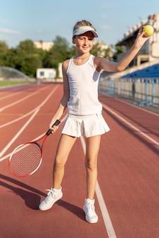 Cheio, tiro, de, menina, com, engrenagem tênis