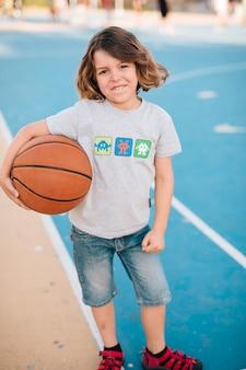 Cheio, tiro, de, menino, segurando, basquetebol
