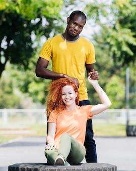 Cheio, tiro, par interracial, em, parque