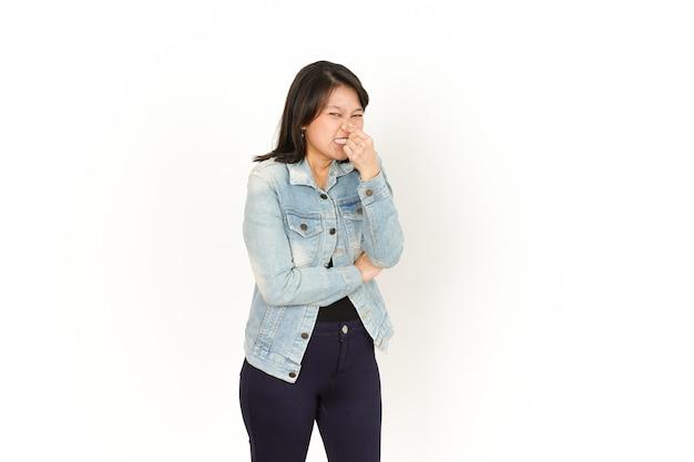 Cheirando algo fedorento e nojento de mulher asiática vestindo jaqueta jeans e camisa preta